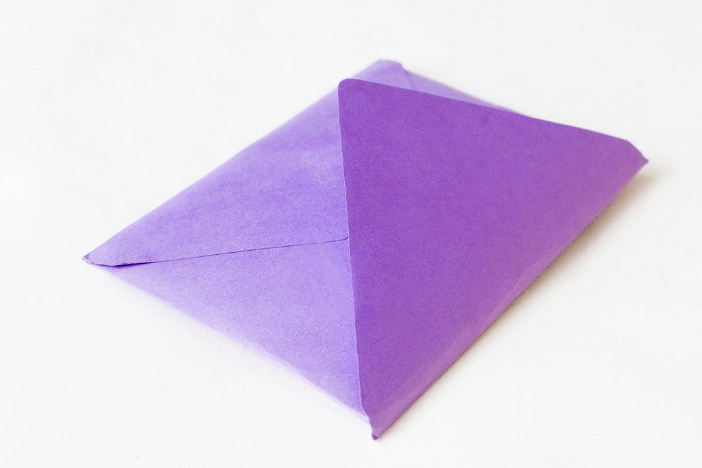 Nahaufnahme eines lilafarbenen Briefumschlags
