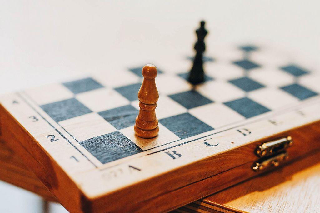 Nahaufnahme eines Schachbretts mit Schachfiguren