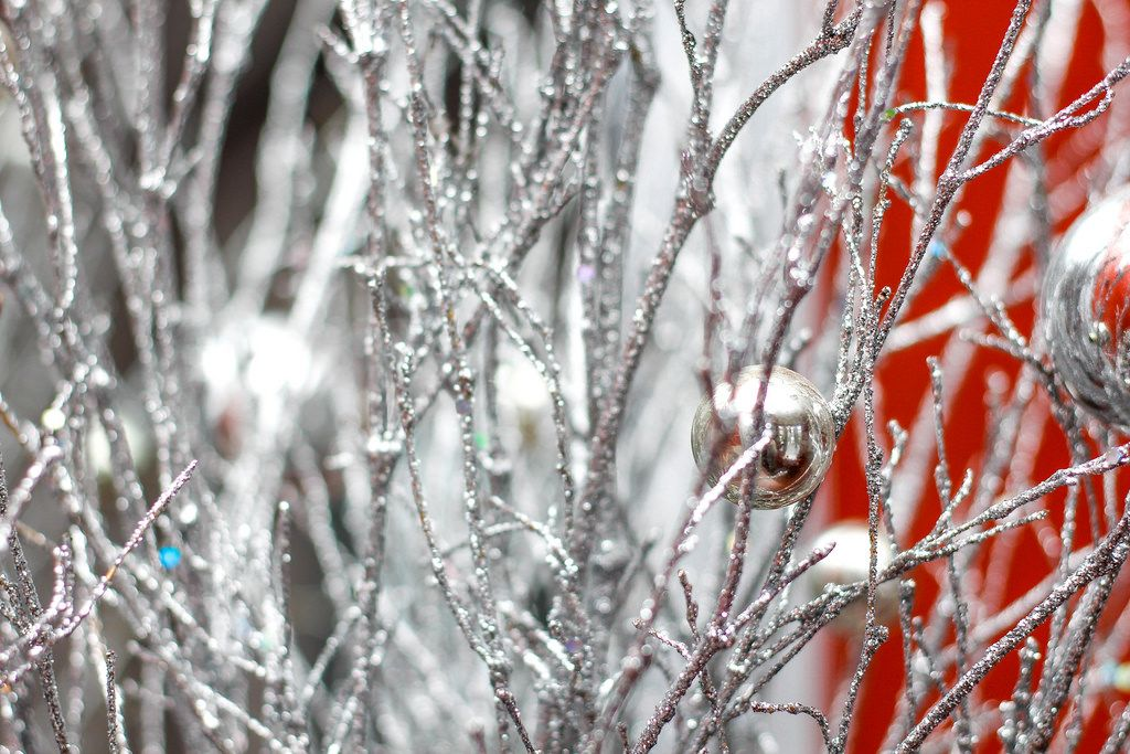 Nahaufnahme eines Silberbaums mit Weihnachtsschmuck