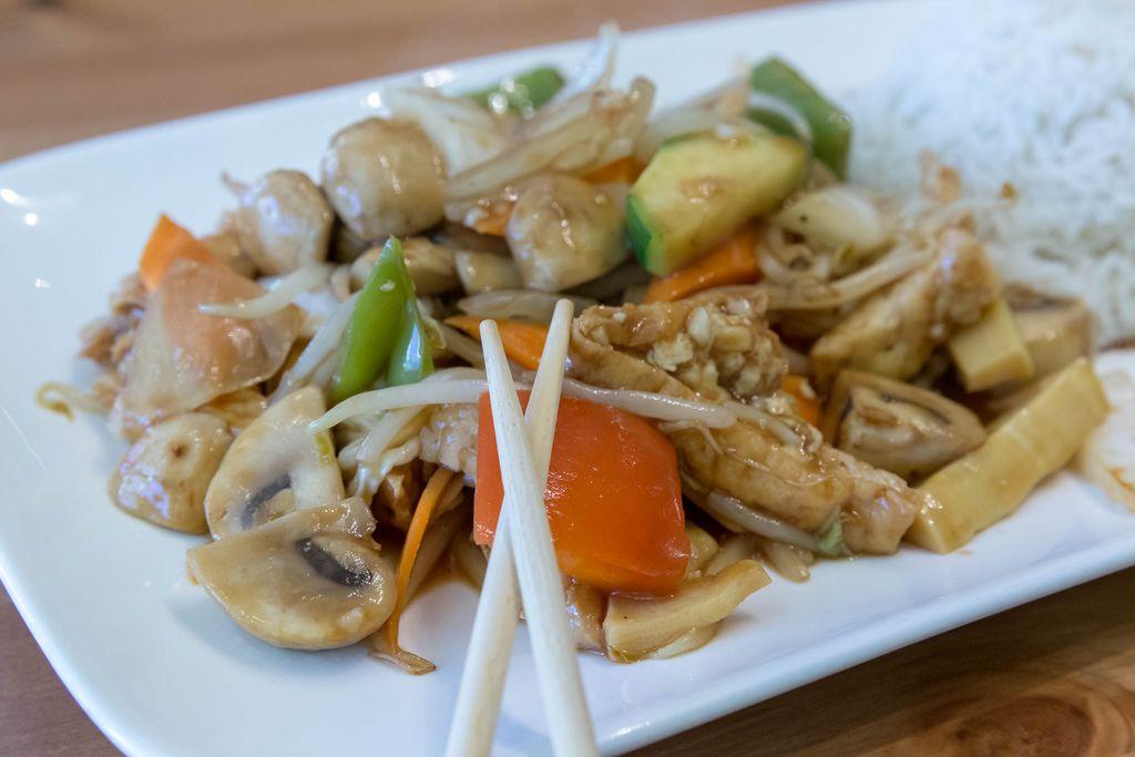 Nahaufnahme veganes Chop Suey mit Tofu, Gemüse und Reis als Beilage