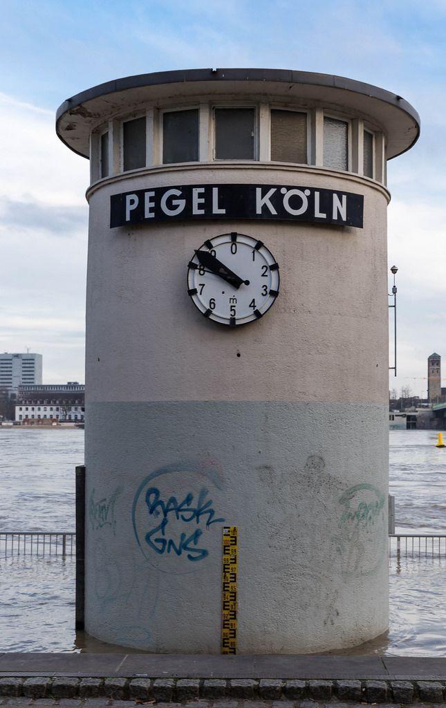 Nahaufnahme vom Pegel Köln bei Hochwasser