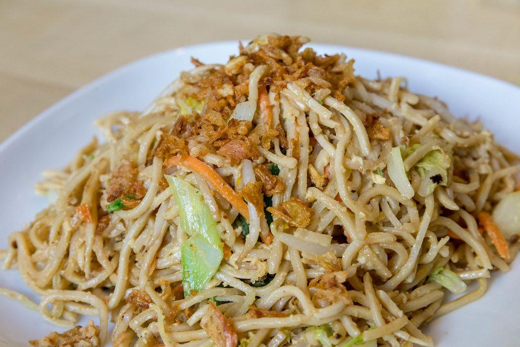 Nahaufnahme von angebratenen Asia-Nudeln mit gebratenem Ei und viel Gemüse, als vegetarisches Mittagessen