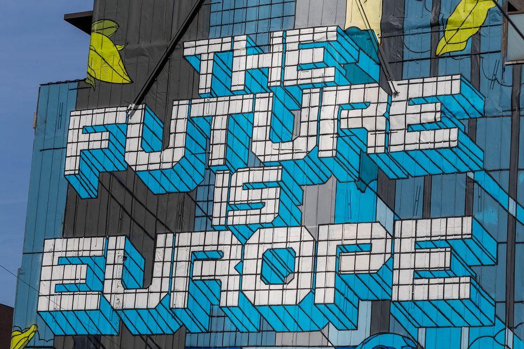 Nahaufnahme von dem 'Future is Europe' Straßenkunst auf Rue de la Loi, Brüssel