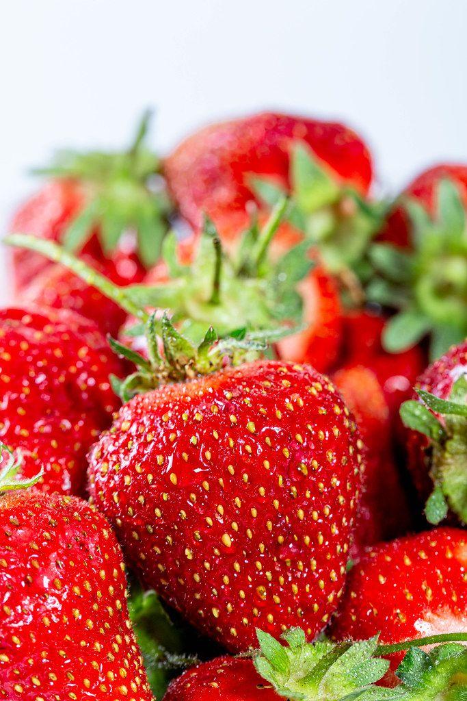 Nahaufnahme von frischen roten Erdbeeren mit weißem Hintergrund
