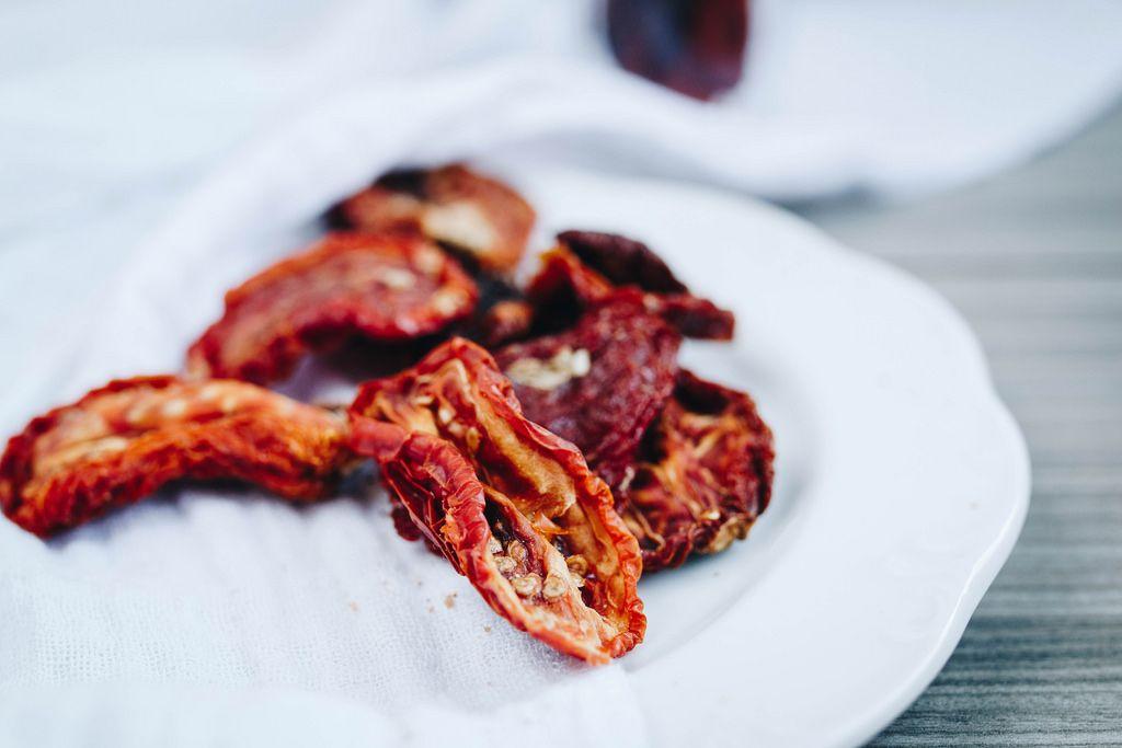 Nahaufnahme von getrockneten Tomaten auf dem Teller