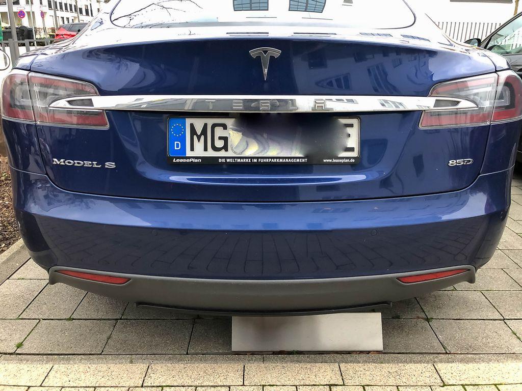 Nahaufnahme von Heck eines blauen Autos der Marke Tesla Model S 85D auf Parkplatz