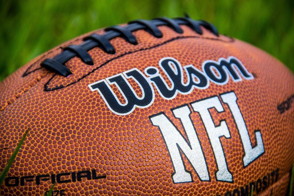 Nahaufnahme von offiziellem NFL Ball für American Football Spiele von Wilson