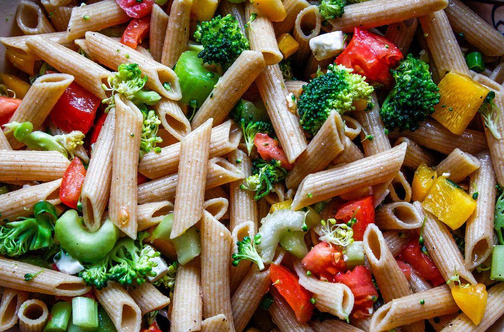 Nahaufnahme von Penne mit Brokkoli, Paprika und Tomate