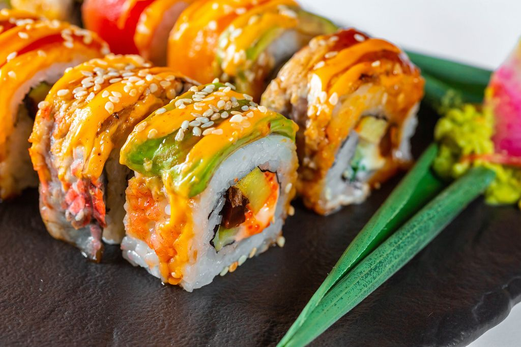 farbiges appetitlich angerichtetes sushi mit lachs auf. Black Bedroom Furniture Sets. Home Design Ideas