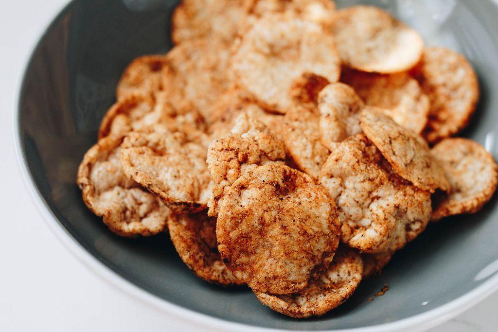 Nahaufnahme von Reis-Chips mit Paprika