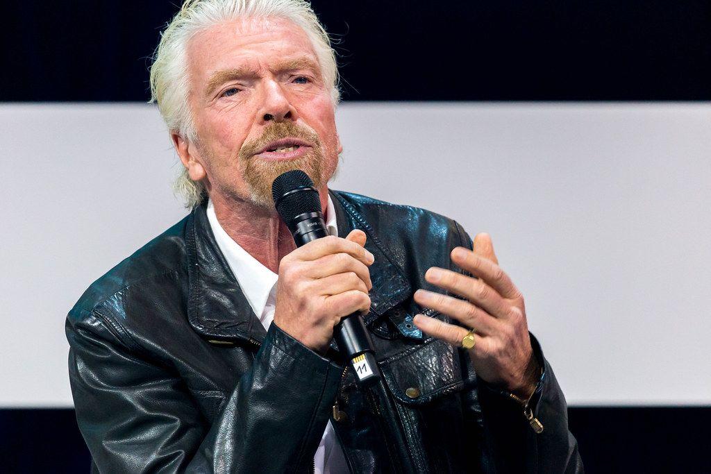 Nahaufnahme von Richard Branson ins Mikrophon sprechend