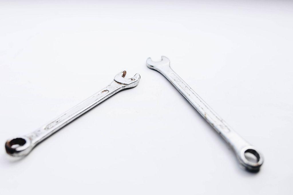 Nahaufnahme von Schraubenschlüsseln vor weißem Hintergrund