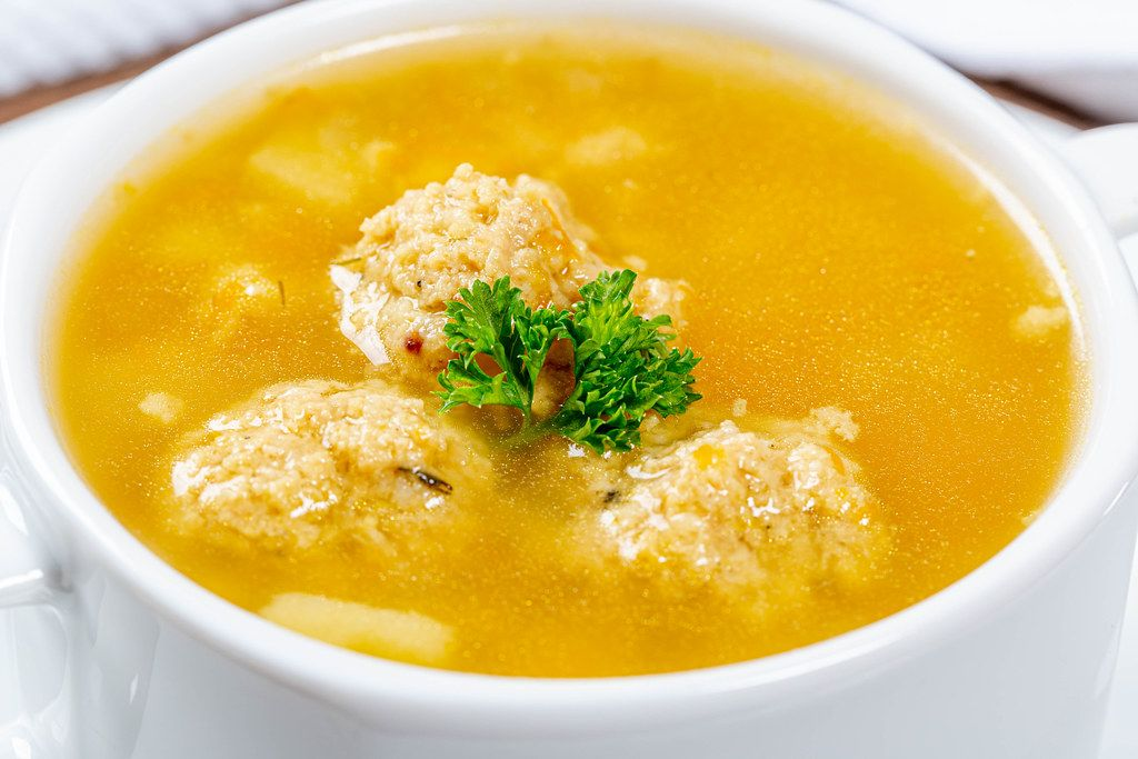 Nahaufnahme von Suppe mit Fleischbällchen und frischer Petersilie
