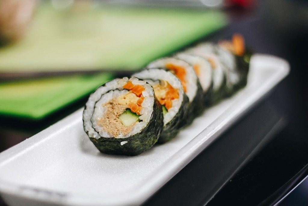 Nahaufnahme von Sushi-Röllchen mit Thunfisch, Karotte und Gurke