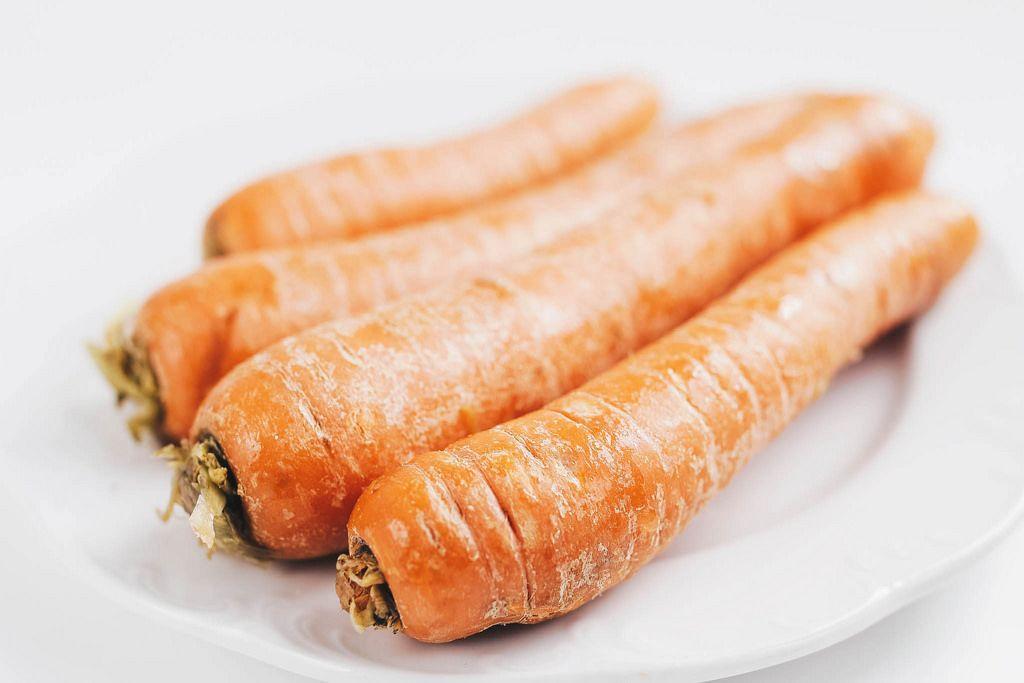 Nahaufnahme von ungeschälten Karotten. Gesunde Ernährung