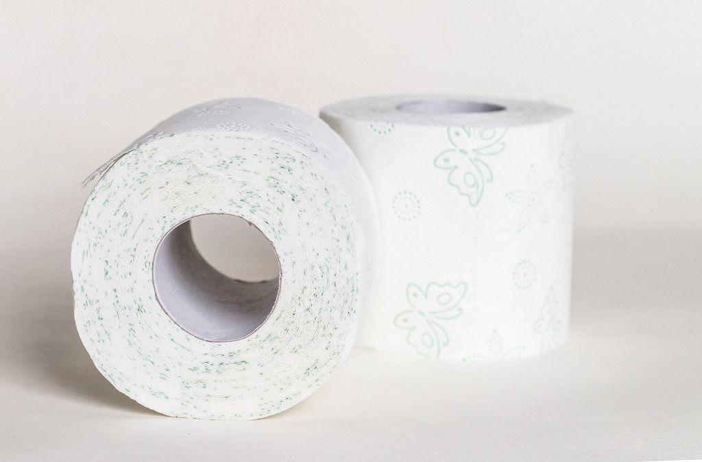 Nahaufnahme von zwei Rollen Toilettenpapier