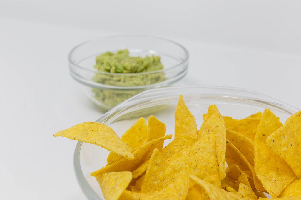 Nahaufname von Nachos mit Guacamole