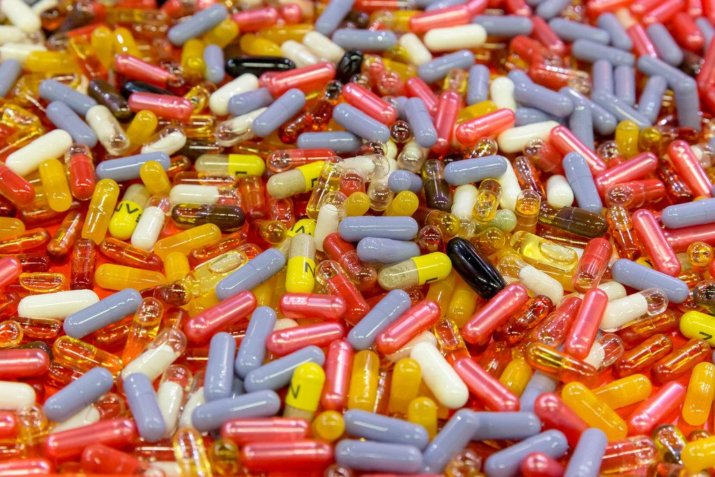 Nahrungsergänzungsmittel. Kapseln in verschiedenen Farben