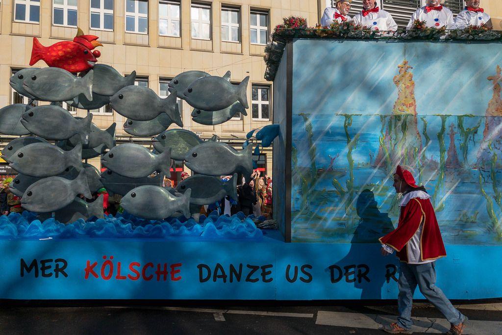Narr-Fisch unter vielen gewöhnlichen Fischen - Wagen beim Rosenmontagszug - Kölner Karneval 2018