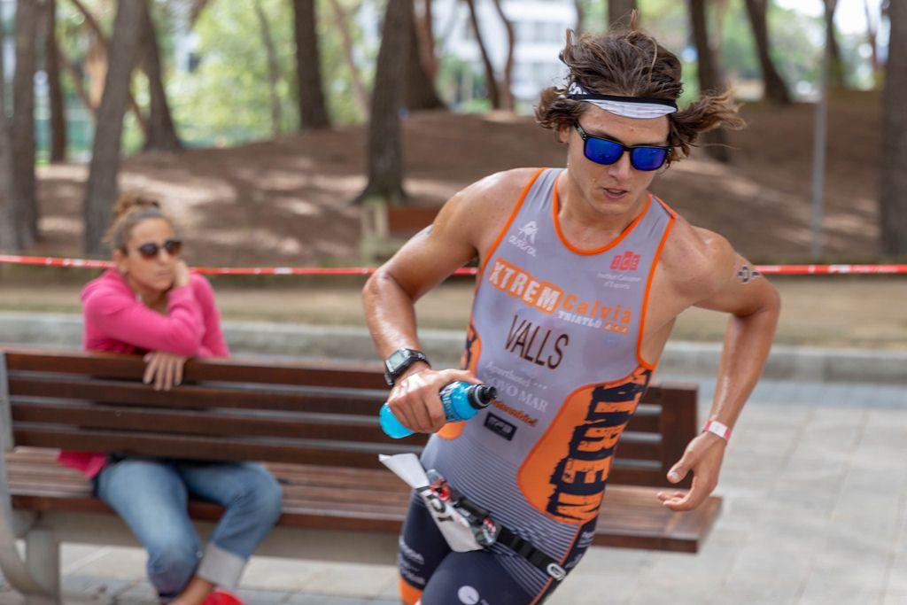 Nass geschwitzter Triathlet, Miquel Valls Alemany mit Trinkflasche beim Challenge Triathlon in Paguera