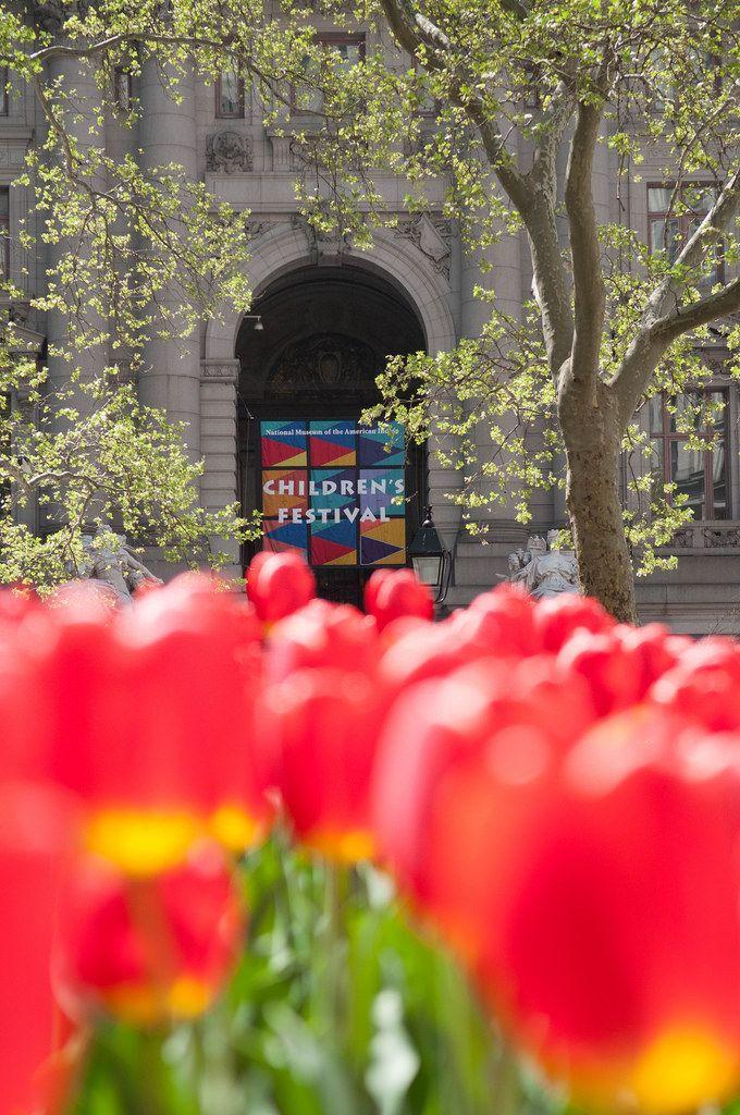 National Museum of the American Indian mit Blumen im Vordergrund in New York City, USA