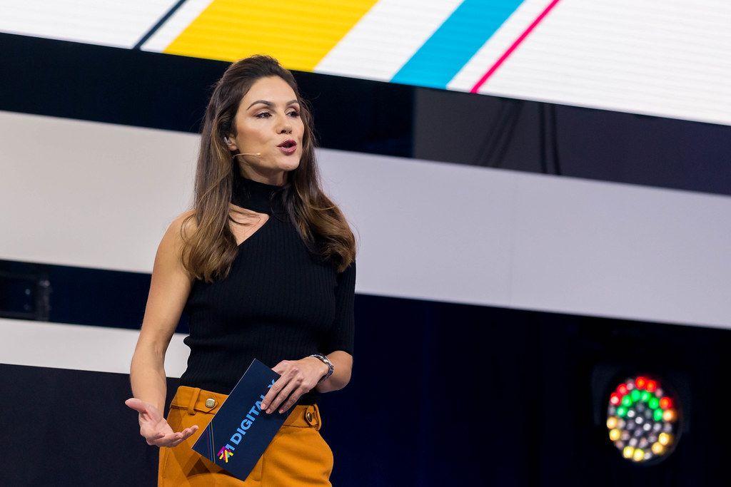 Nazan Eckes moderiert auf der Bühne der Digital X den zweiten Tag