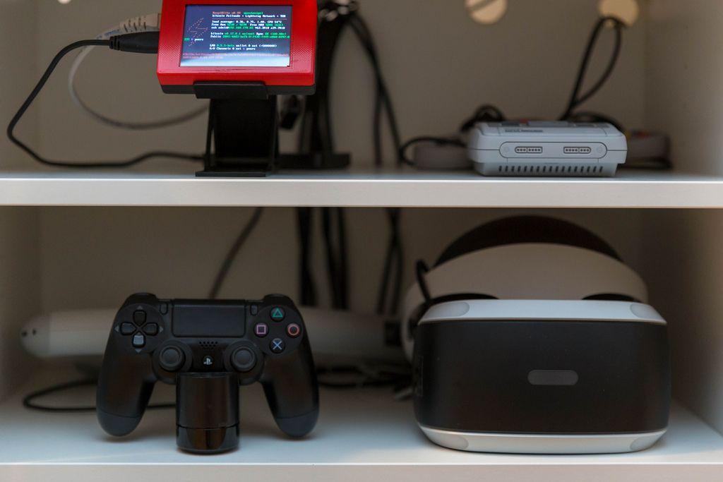 Nerd Shelf: Rasperry Pi, Super Nintendo Classic and PS4 VR Controller