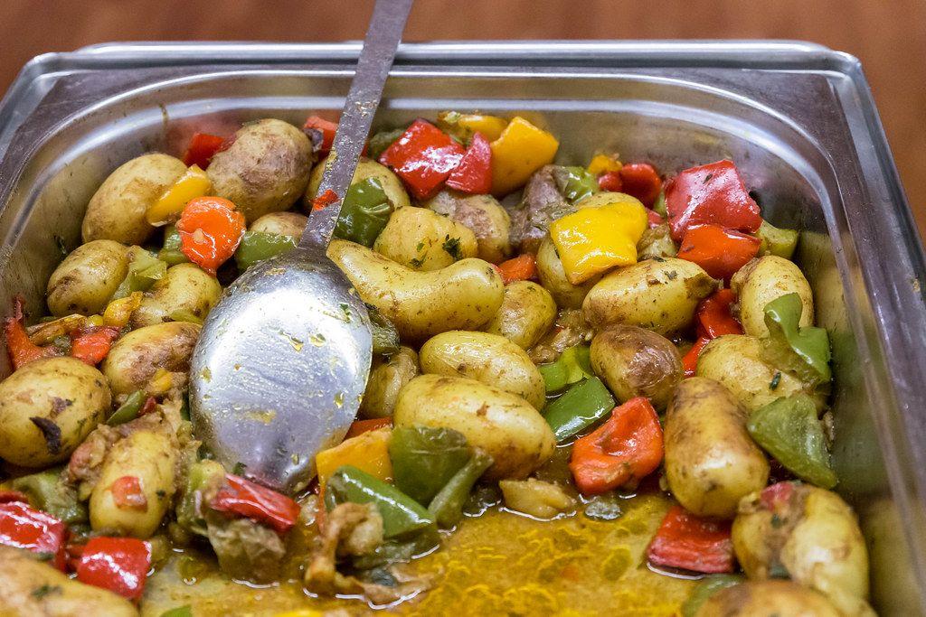 Neue Pellkartoffeln mit buntem Paprika-Curry in einem Wärmebehälter beim Mittagsbüfett im AXA-Gebäude Köln, während des Barcamps OMWest19