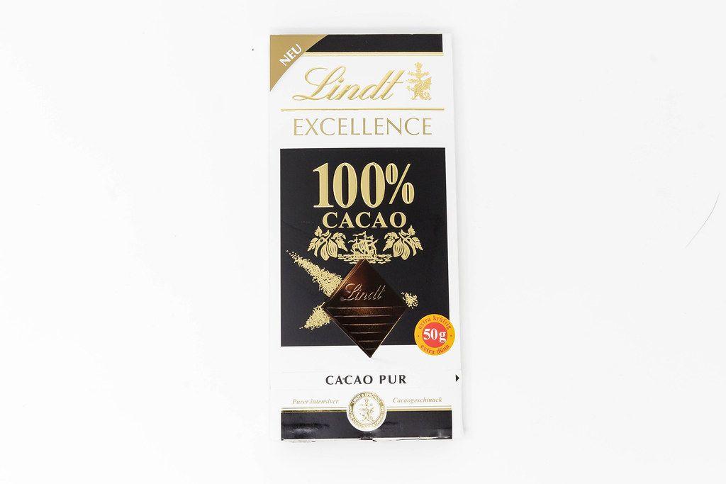 Neue Produkte: Schokoladentafel von Lindt Excellence mit 100% Kakao vor weißem Hintergrund