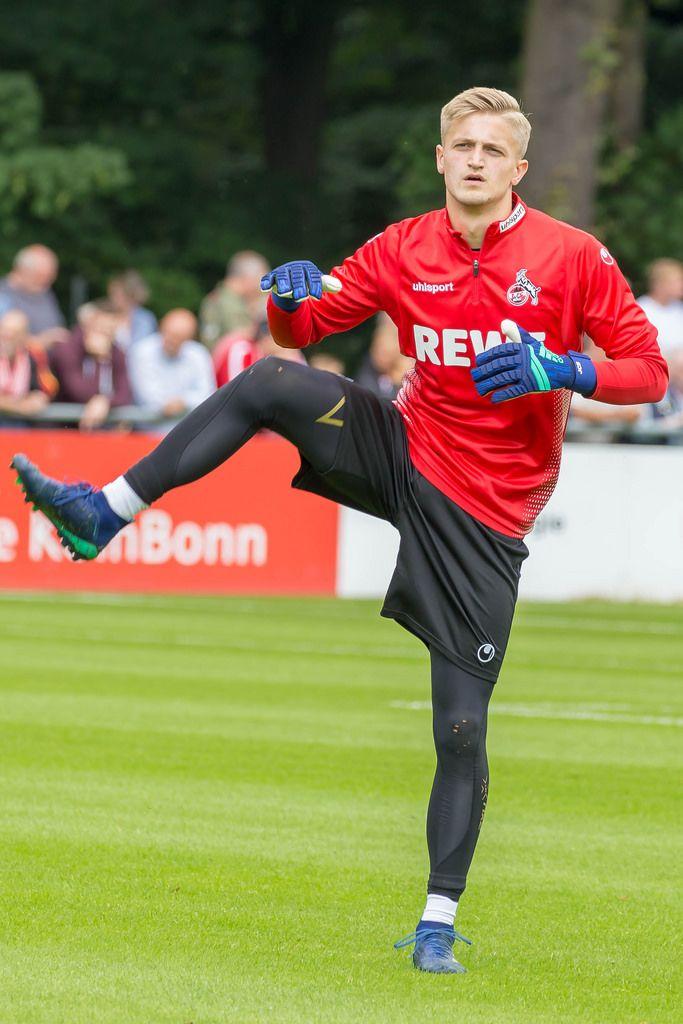 Neuer Torwart dehnt sich vor dem Training - 1. FC Köln Zugang 2018/2019
