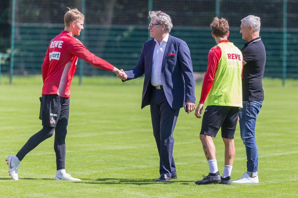 Neuer Torwart schüttelt Hände mit Harald Schumacher