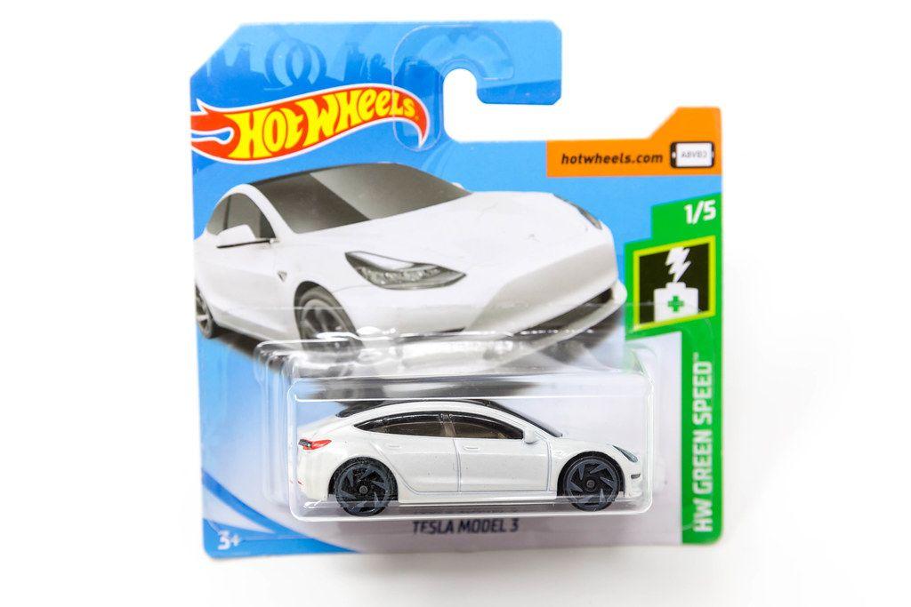 Neues und originalverpacktes Hot Wheels Auto: Weißer Tesla als Spielzeugauto, aus der HW Green Speed Kollektion