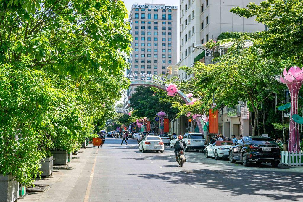 Nguyen Hue Walking Street im District 1 in Saigon dekoriert mit Neujahrsdekoration