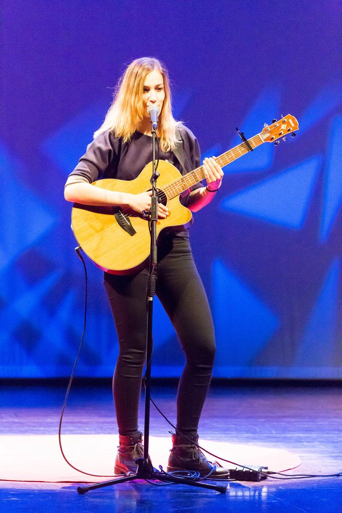 Niederländische Sängerin Marit Trienekens spielt Gitarre bei der TEDxVenlo 2017