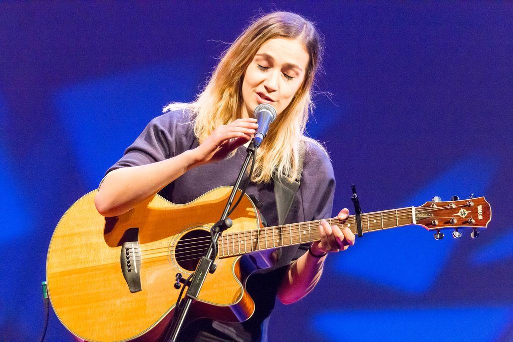 Niederländische Songschreiberin Marit Trienekens bei der TEDxVenlo 2017
