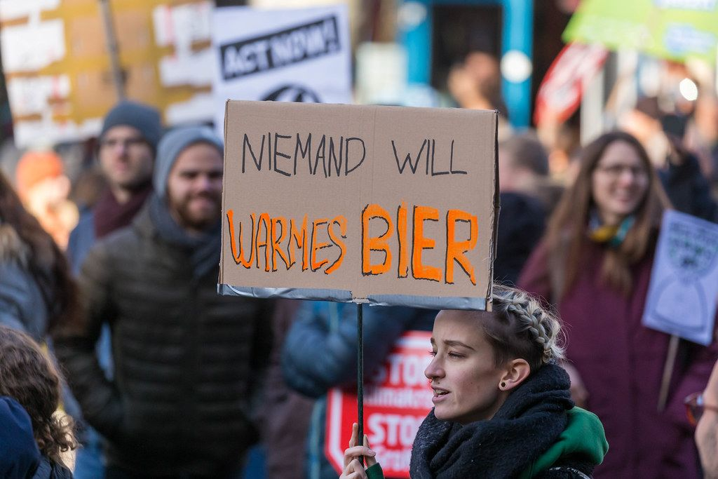 Niemand will warmes Bier als Aussage auf einem Demoplakat