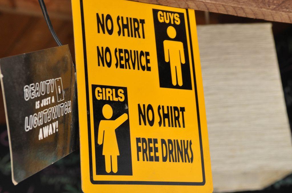 No Shirt Schild: Diskriminierung von Männern