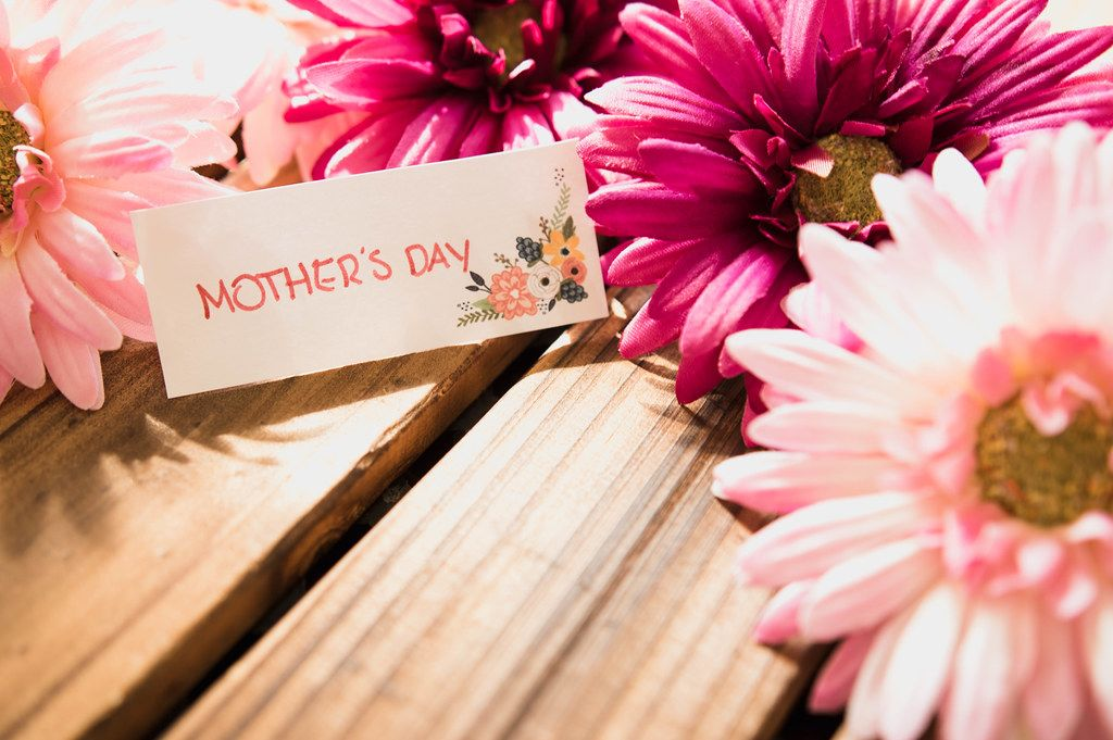 Note reading MOTHER'S DAY over a wooden table