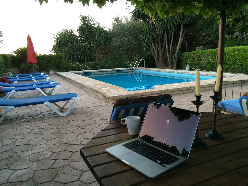 Notebook am Pool