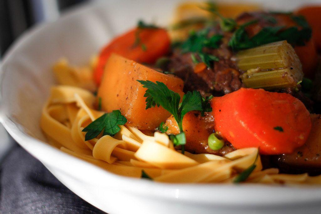 Nudeln mit Gemüse und Rinder-Eintopf