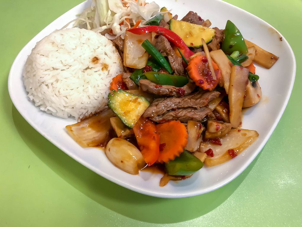 Nuea Phad Prig in Krua Thai Cologne: Beef with courgettes, Peppers, Carotts, Bamboo and Mushrooms in Chilisauce