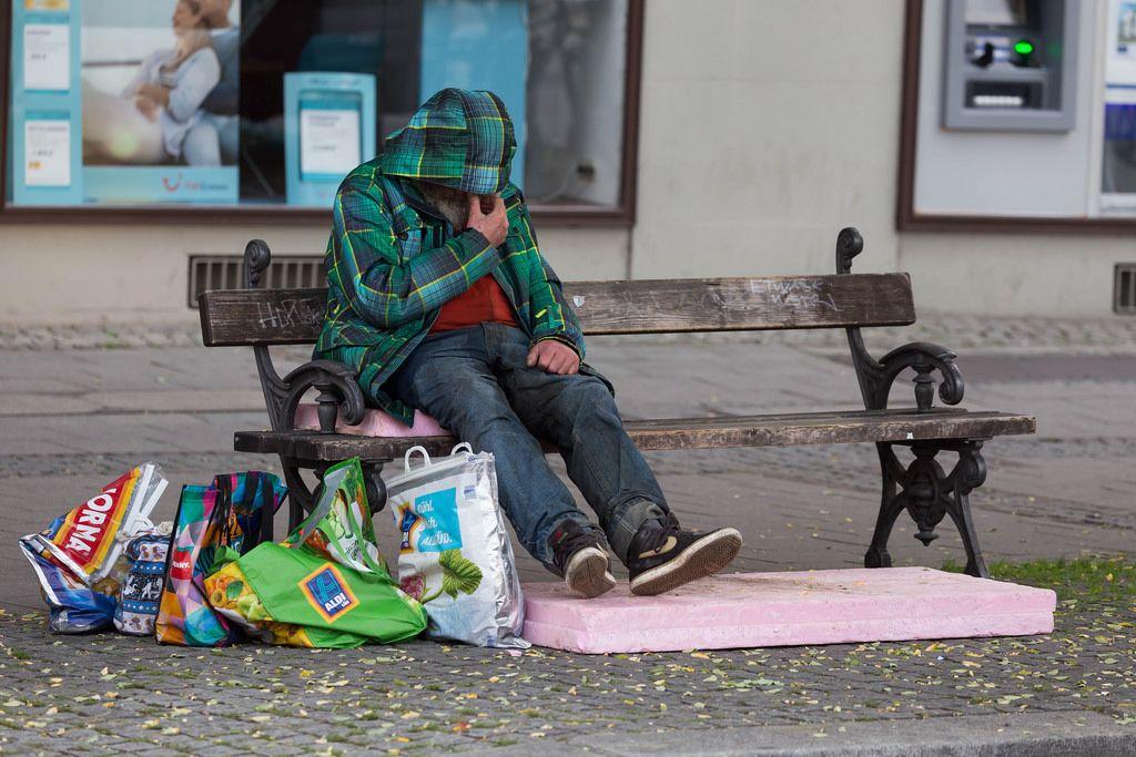 Obdachloser sitze auf einer Bank - München