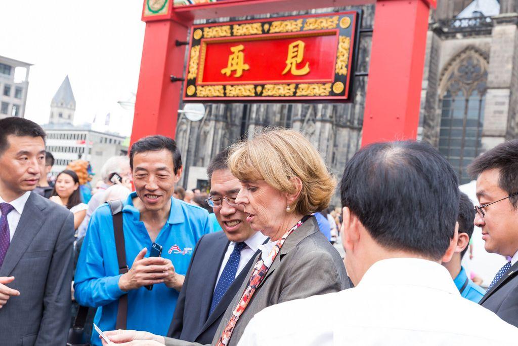 Oberbürgermeisterin Henriette Reker und Vertreter der chinesischen Community vor dem Eingang zum Chinafest in Köln
