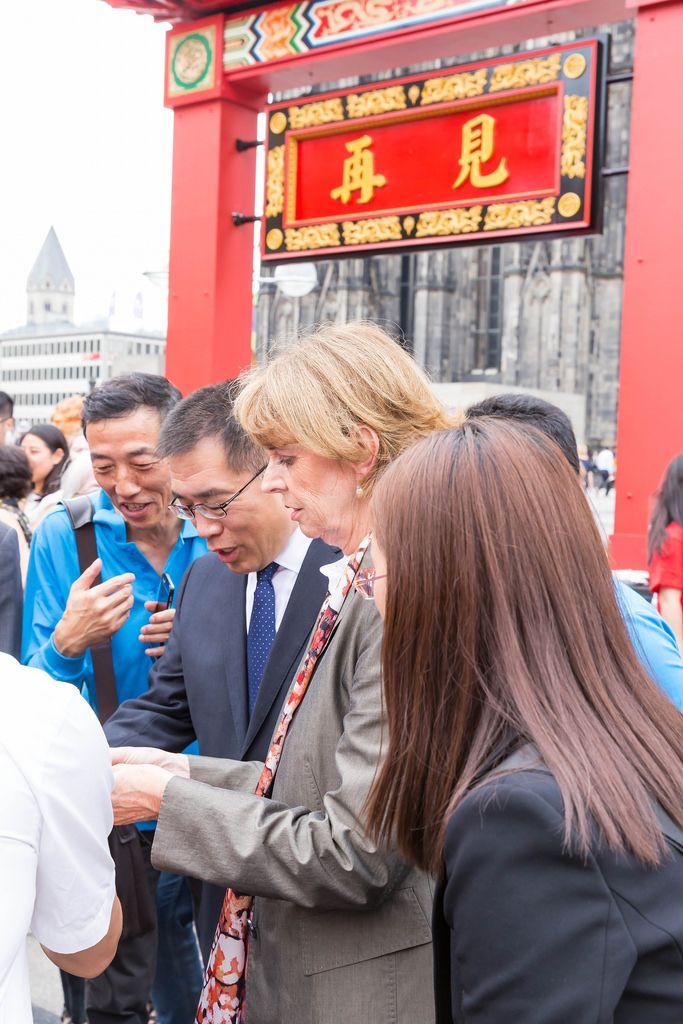 Oberbürgermeisterin Henriette Reker unterhält sich mit Vertretern der chinesischen Community beim Chinafest in Köln