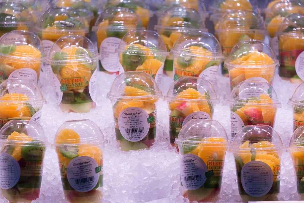 Obstbecher kaltgestellt in Eis