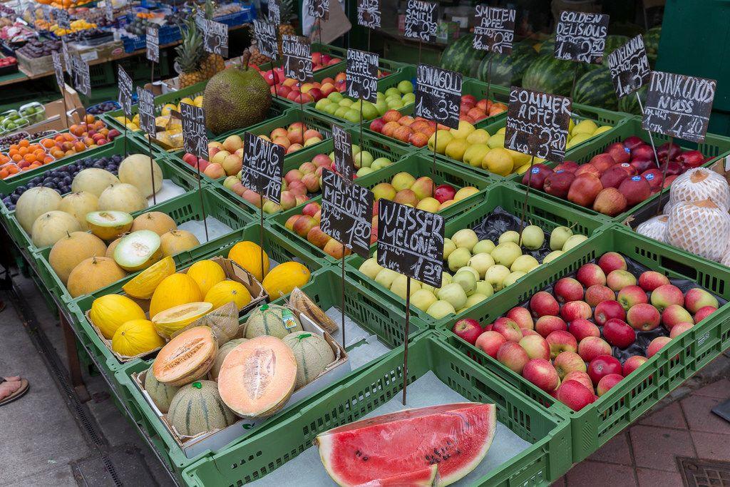 Obststand mit großem Sortiment an Früchten am Naschmarkt in Wien