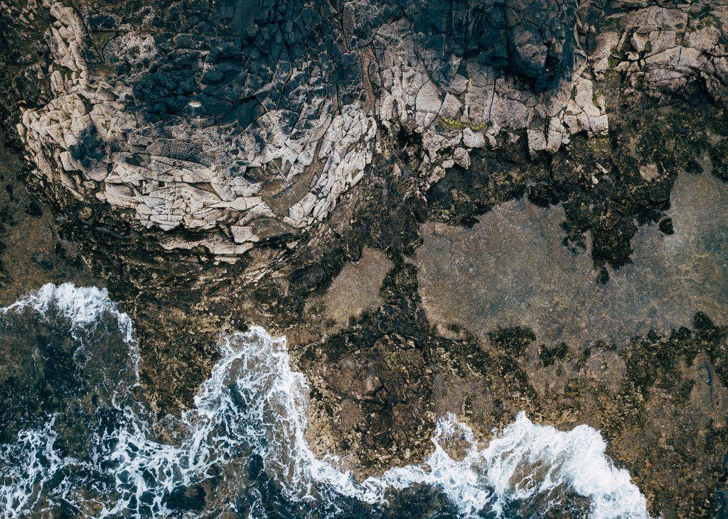 Ocean waves breaking on the cliffy coast / Ozeanwellen, die auf die cliffy Küste brechen