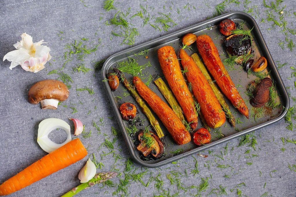 Ofengemüse: Gebackene Karotten mit Kräutern, Zwiebeln und Pilzen