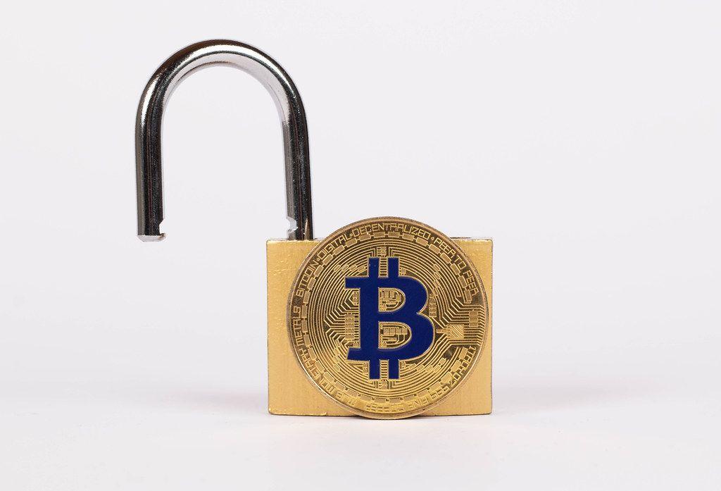 Offenes Vorhängeschloss mit goldenem Bitcoin, vor weißem Hintergrund