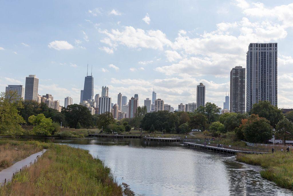 Old Town Triangle Park und die Skyline von Chicago im Hintergrund